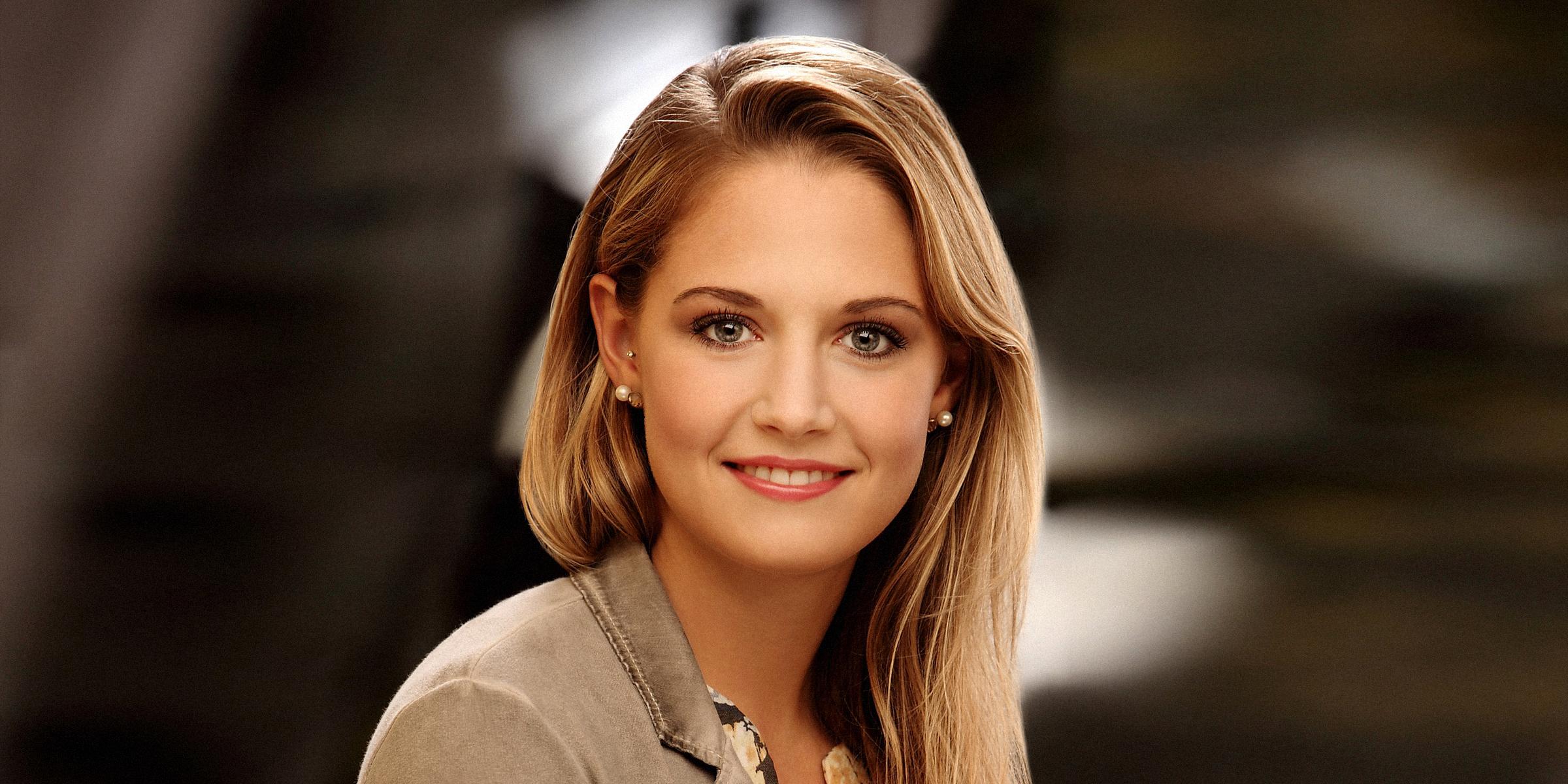 Eine Frau Lächelnd posiert für Business, Portrait und Bewerbungsfoto.